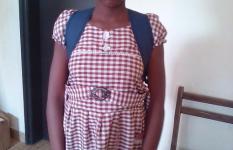 Assiata dans sa tenue d'école et visiblement heureuse de reprendre les cours