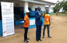 Intervention du Directeur Départemental de la Santé, Bouaflé devant le Préau d'Attente réhabilité